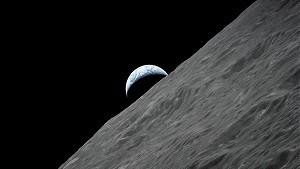 月からの地球
